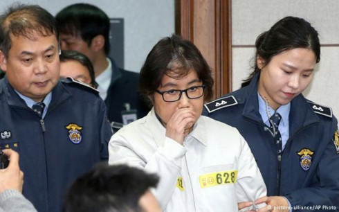 Bị cáo Choi Soon-sil (áo trắng). Ảnh: AP.