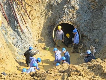 Sau 20 lần xảy ra sự cố, mùa hè này người dân Thủ đô lại sống trong nỗi lo bị vỡ đường ống nước sạch Sông Đà.