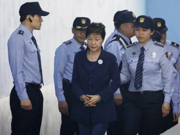 Cảnh sát hỗ trợ tư pháp áp giải bà Park vào tòa án. Ảnh: BBC