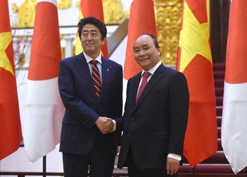 Thủ tướng Nguyễn Xuân Phúc và Thủ tướng Nhật Bản Shinzo Abe - Ảnh: VGP/Quang Hiếu