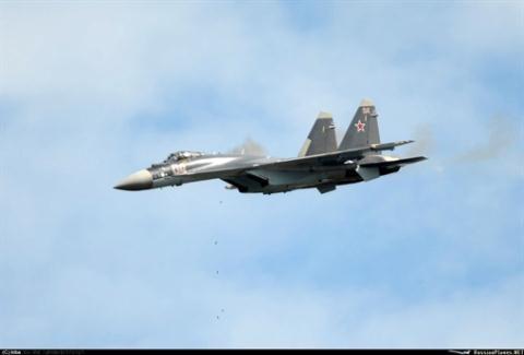 Su-35S tấn công mục tiêu mặt đất bằng pháo GSh-30-1.