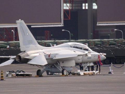 Máy bay FA-50 Philippines với vũ khí chuẩn bị cất cánh.