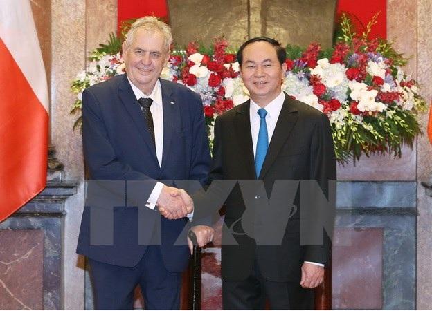 Chủ tịch nước Trần Đại Quang đón Tổng thống Milos Zeman. (Ảnh: Nhan Sáng/TTXVN)