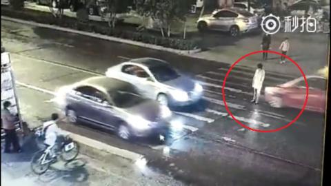 Người phụ nữ bị xe cán 2 lần, không ai quan tâm - 1