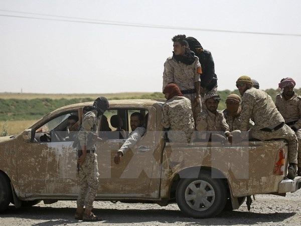 Các thành viên SDF tuần tra tại Hazima, ngoại ô phía bắc Raqqa. (Ảnh: AFP/TTXVN)