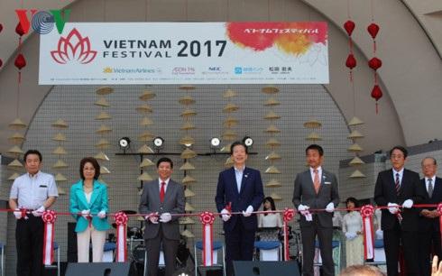 Cắt băng khai mạc Lễ hội Việt Nam tại Nhật Bản lần thứ 10.