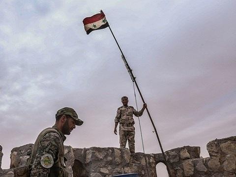 Binh sĩ quân đội Syria cắm cờ tại một vị trí họ vừa giành lại được từ tay IS ở Aleppo