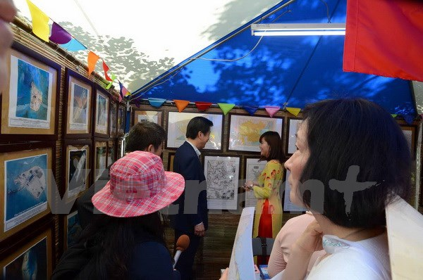 Chủ tịch Đảng Công minh Yamaguchi Natsuo thăm gian triển lãm ảnh. (Ảnh: Gia Quân/Vietnam+)