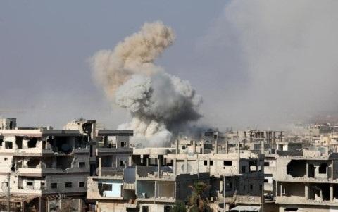Khói bốc lên từ một vị trí bị quân đội Syria không kích ở Deraa. Ảnh: Reuters