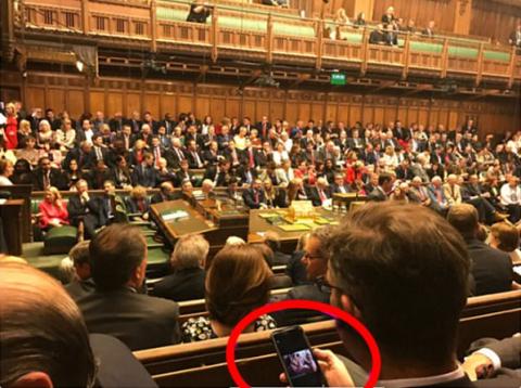 Nghị sĩ bị bắt gặp xem hình gợi cảm khi đang họp
