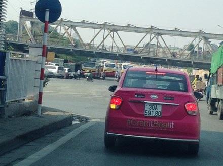 Một xe taxi Grab không mào trên đường phố Hà Nội