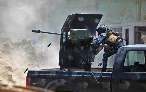 Binh sĩ Iraq chiến đấu chống IS tại khu vực Thành Cổ Mosul. Ảnh: Reuters