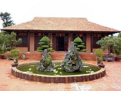 Một ngôi nhà với kiến trúc cổ kính.