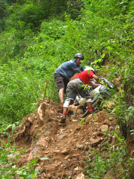 Đường phượt không thiếu hiểm nguy nhưng cũng đầy thách thức. Ảnh: Lam Linh.