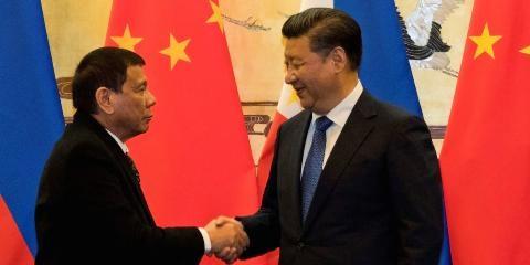Tổng thống Philippines Rodrigo Duterte (trái) gặp Chủ tịch Trung Quốc Tập Cận Bình tại Bắc Kinh hồi tháng 10/2016