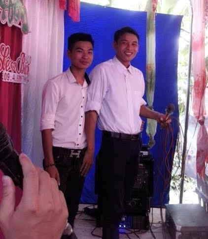 MC đám cưới Nguyễn Văn Tiến (bên phải).