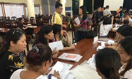 Phụ huynh đến nộp hồ sơ vào lớp 10 sáng nay ở trường THPT Việt Đức.