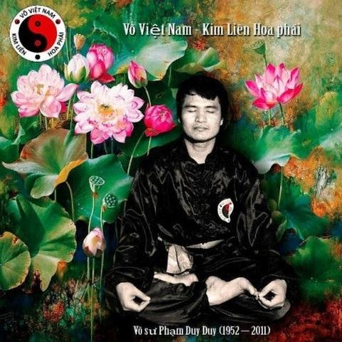 Cố Võ sư Phạm Duy Duy và biểu tượng của môn võ Kim Liên Hoa phái.
