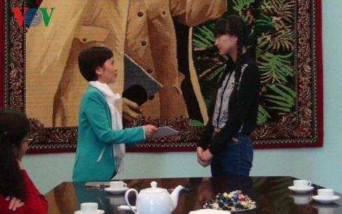 Đại sứ quán Việt Nam tại LB Nga trao quà cho em Đào Quỳnh Trang.