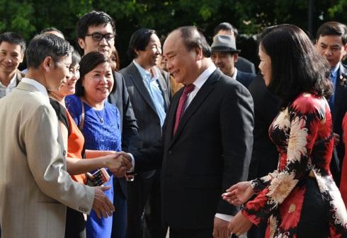 Cán bộ, nhân viên Đại sứ quán và đông đảo bà con cộng đồng người Việt Nam tại Hà Lan chào đón Thủ tướng Nguyễn Xuân Phúc