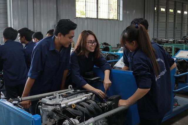 Sinh viên trường ĐH Sư phạm Kỹ thuật TPHCM đang thực hành.
