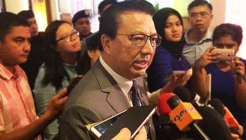 Bộ trưởng Giao thông vận tải Malaysia Liow Tiong Lai trong vòng vây của gia đình nạn nhân MH17.