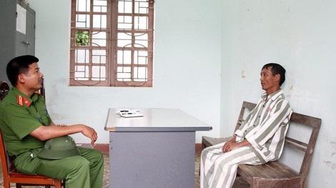 Cán bộ quản giáo động viên phạm nhân Nguyễn Bá Tiến cải tạo tốt.