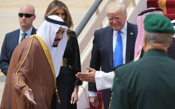 Quốc vương Salman (trái) của Saudi Arabia ra tận sân bay đón ông Trump. Ảnh: NYDN