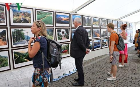 Triển lãm thu hút khá nhiều người Séc và khách du lịch muốn tìm hiểu về biển, đảo Việt Nam.