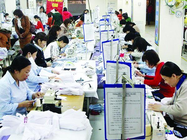 Việc tiền lương tối thiểu liên tục tăng đều đặn hàng năm sẽ vượt khả năng chi trả của DN. Công nhân dệt may tại Tổng công ty May 10. Ảnh: Trần Việt