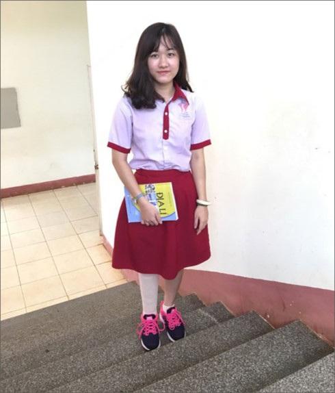 Nữ sinh Lê Thị Hà Vi với chiếc chân giả bên phải (ảnh: Ban truyền thông của trường THCS &THPT Đông Du cung cấp)