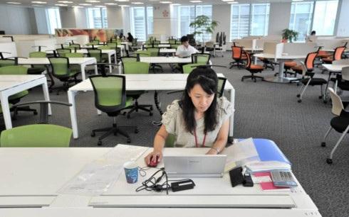 Quang cảnh vắng vẻ tại trụ sở một công ty ở Nhật Bản ngày 24/7, ngày làm việc từ xa đầu tiên được phát động ở nước này. (Ảnh: Japan Times)
