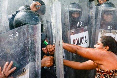 Gia đình các nạn nhân trong vụ bạo loạn tại nhà tù Las Cruces, bang Guerrero đụng độ với cảnh sát Mexico