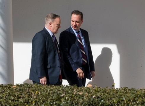 Cựu phát ngôn viên kiêm Giám đốc truyền thông Nhà Trắng Sean Spicer (trái) từ chức tuần trước để phản đối việc bổ nhiệm ông Scaramucci còn cựu Chánh văn phòng Nhà Trắng Reince Priebus (phải) vừa bị Tổng thống Donald Trump thay thế ngày 28/7. (Ảnh: Getty Images)