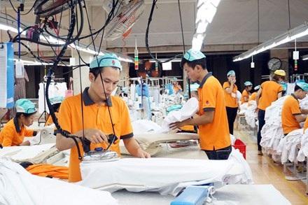 Công nhân may đang làm việc trong một nhà máy tại tỉnh Hưng Yên. Ảnh: H.N