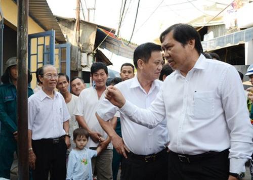 Ông Huỳnh Đức Thơ (bìa phải) trong lần thị sát ở quận Hải Châu, TP Đà Nẵng - Ảnh: M.Trung