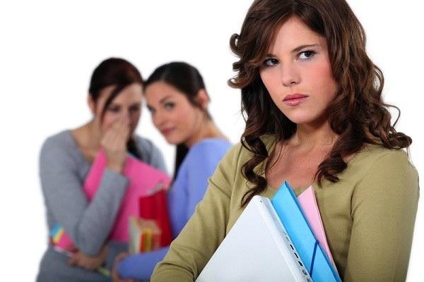 Nhiều chị em cảm thấy khó ở khi bị người khác nói xấu sau lưng. Ảnh minh họa