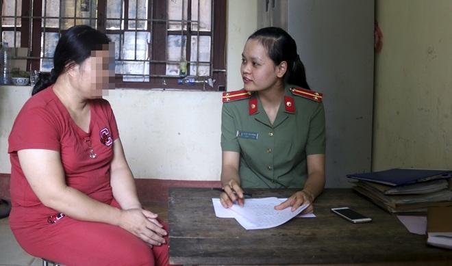 Chị T. kể lại đời mình với một cán bộ Công an tỉnh Bắc Giang.