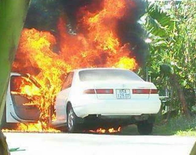 Chiếc xe bốc cháy dữ dội khi đang lưu thông trên đường.