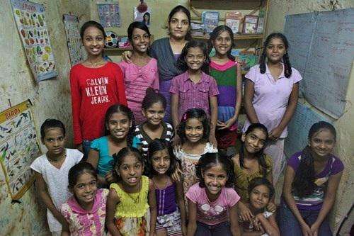 Các bé gái ở khu ổ chuột biết chữ nhờ Aarti Naik