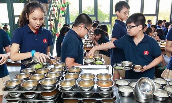 Giờ ăn của học sinh bán trú Trường Marie Curie (Hà Nội). (Ảnh: Thành Long)