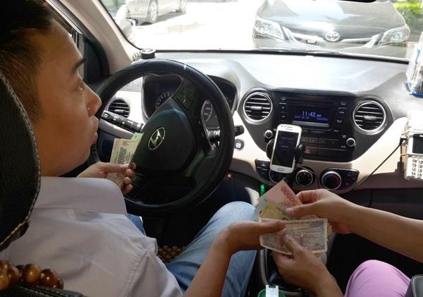 Các tài xế Uber, Grab đang lo sẽ bị thu nhiều loại thuế, phí khi bán xe vì trót đăng ký xe theo diện hộ kinh doanh cá thể - Ảnh: Khánh Linh