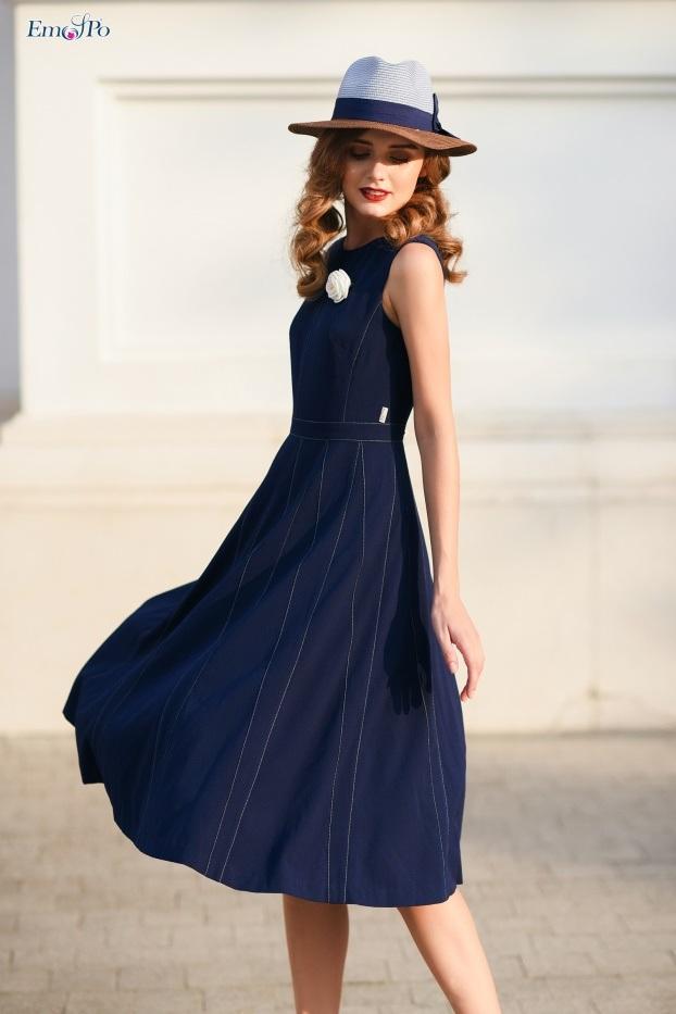 Đầm midi tuytsi với các đường can tùng váy tạo form dáng xòe rủ nhẹ nhàng.