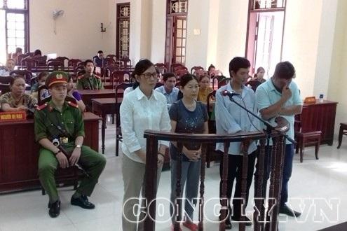 Bị cáo Nguyễn Thị Thanh Hoa (trái) cùng các bị cáo tại phiên tòa