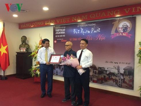 Nhà văn hóa Hữu Ngọc nhận Giải thưởng Bùi Xuân Phái vì tình yêu Hà Nội năm 2017