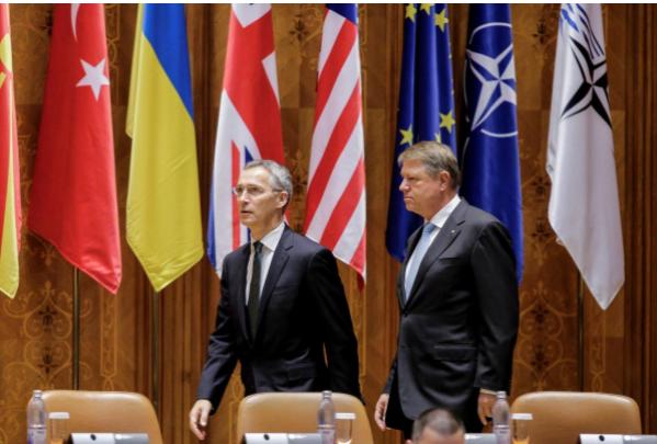 Tổng Thư ký NATO Jens Stoltenberg (trái) và Tổng thống Romania Klaus Iohannis tại kỳ họp quốc hội NATO lần thứ 63 ở Bucharest (Romiania) ngày 9-10. Ảnh: REUTERS