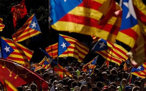 Chính quyền Tây Ban Nha đe doạ sẽ sử dụng mọi biện pháp cần thiết để ngăn cản ý định ly khai của vùng Catalonia (Ảnh: CNN)