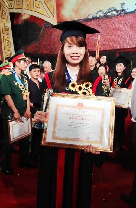 Nữ thủ khoa Bùi Thị Hà tại Lễ tôn vinh thủ khoa năm 2016 ở Văn Miếu - Quốc Tử Giám (Ảnh: NVCC)