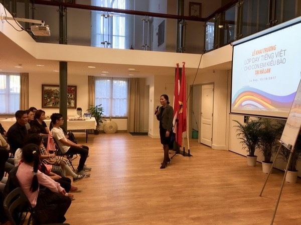 Đại sứ Ngô Thị Hòa khai giảng lớp dạy tiếng Việt. (Ảnh: ĐSQ Việt Nam tại Hà Lan)