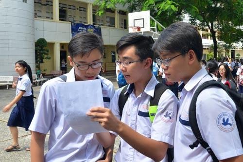 Thí sinh xem lại đề thi trong kỳ thi tuyển sinh lớp 10 năm 2017 tại TP HCM. (Ảnh: Tấn Thạnh)